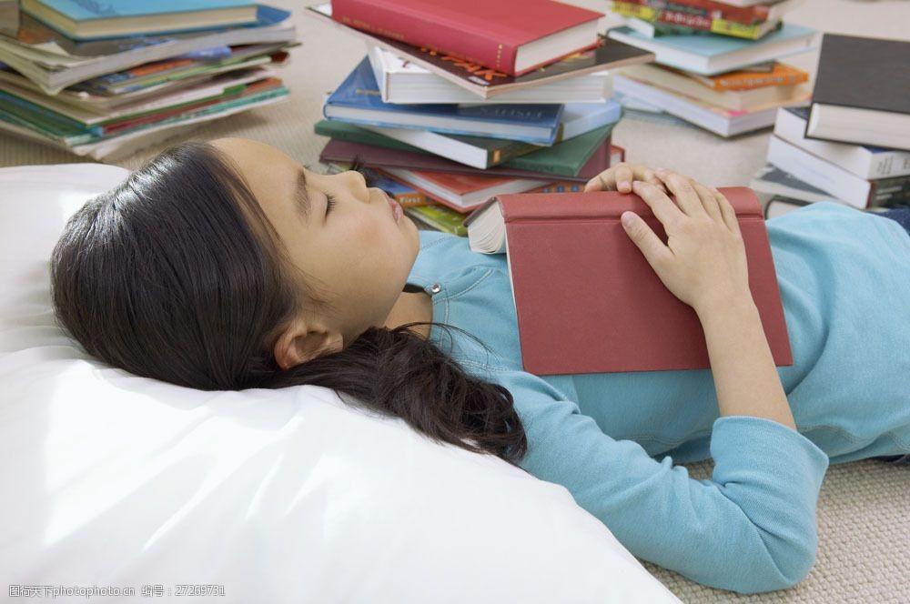 小学生书本封面图片_抱书本睡觉的小女孩图片图片-图行天下素材网